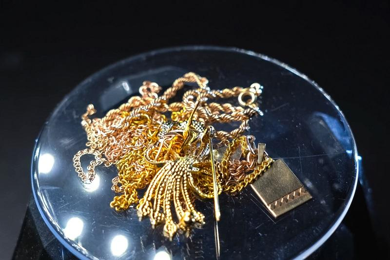 golden scrap of old gold jewelry on electronic scales.